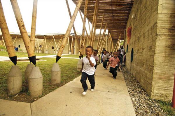 escola-feita-de-bambu-na-colombia-crianças-brincando-blog-usenatureza