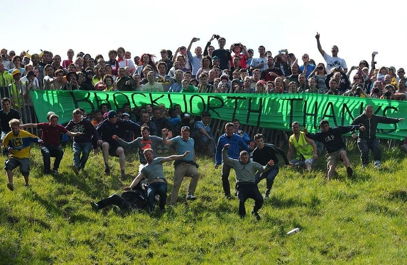 cooper-hill-cheese-rolling-2[2]