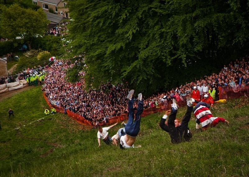 cooper-hill-cheese-rolling-8[2]