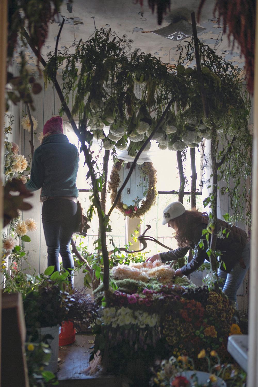 artistas-decoram-casa-com-flores