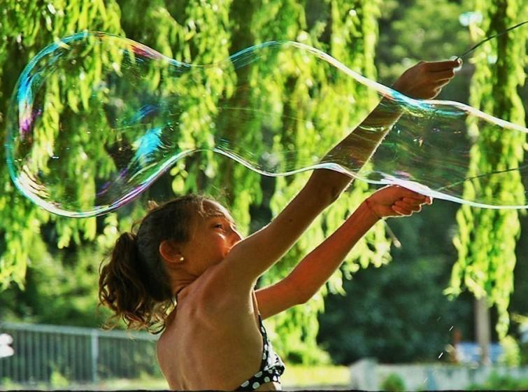 fazendo-bolhas-de-sabao-gigantes-crianças-blog-usenatureza